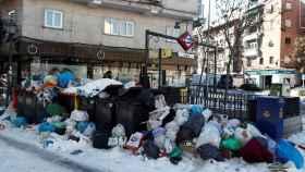 Basura apilada al lado de la boca de metro de Urgel en Madrid este lunes.