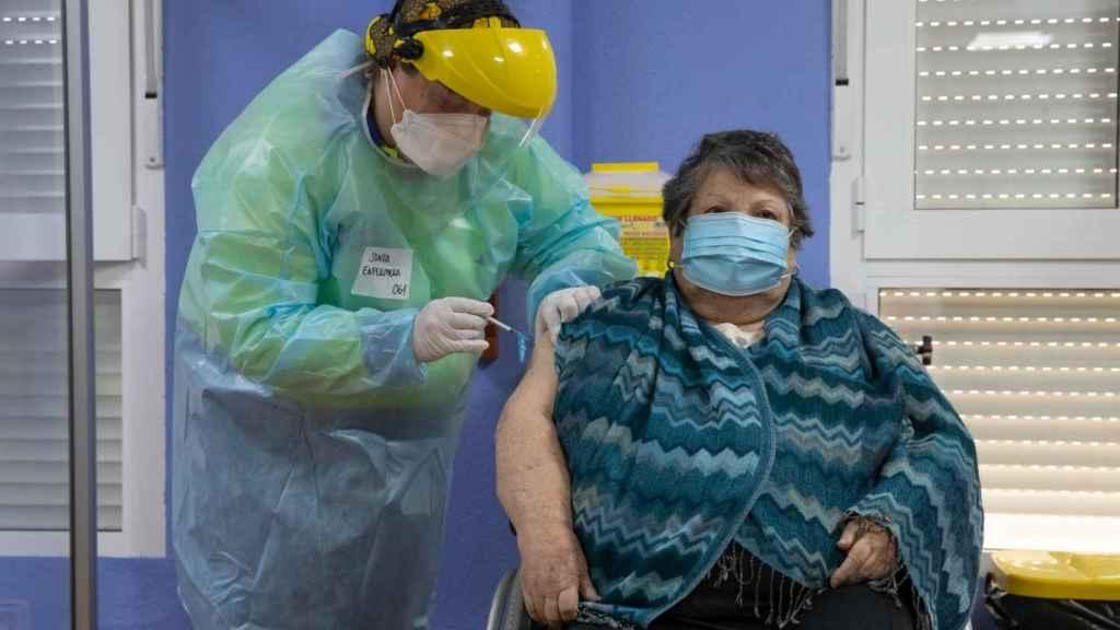 Josefa, una usuaria de una residencia de mayores, fue la primera mujer vacunada en la región.