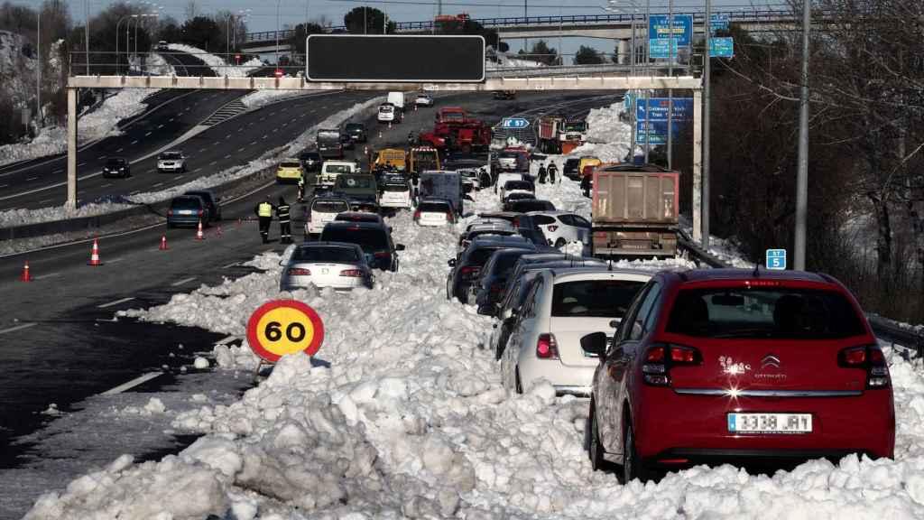 Numeros vehículos atrapados por la nieve en el km 58 de la M-40 en las inmediaciones del acceso M607.