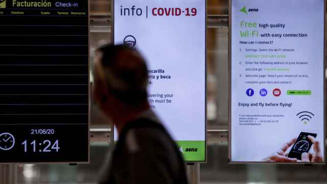 Pantallas informativas sobre la Covid-19 en un aeropuerto de Aena.
