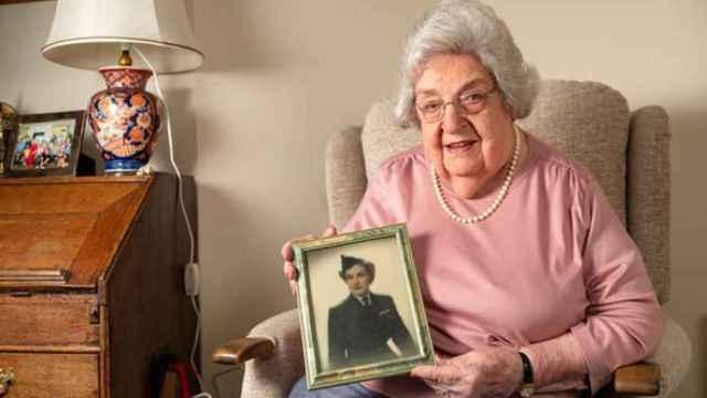 Eleanor Wadsworth muestra una imagen suya de joven.