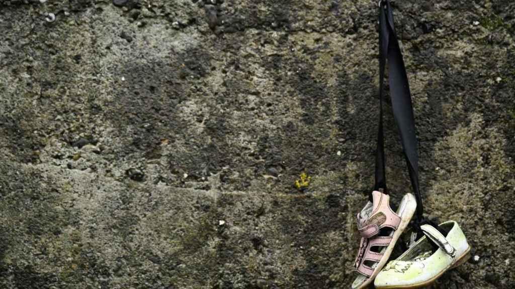Zapatos de bebé cuelgan en el cementerio de Tuam, donde se hallaron los cuerpos de 796 bebés.