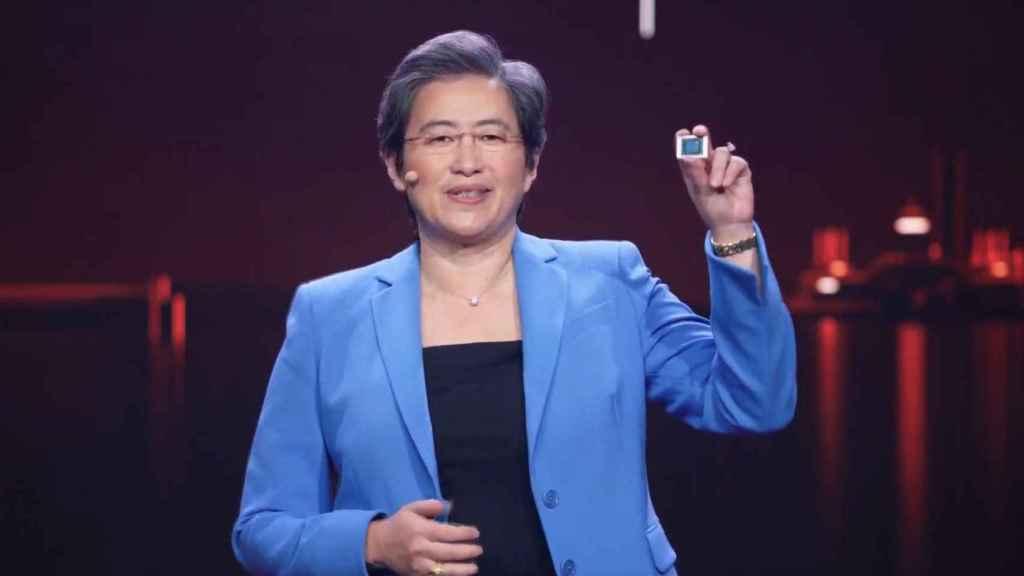 Lisa Su, CEO de AMD, con uno de los nuevos procesadores Ryzen para portátiles