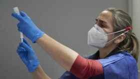 Una profesional sanitaria antes de dispensar la vacuna contra la Covid-19.