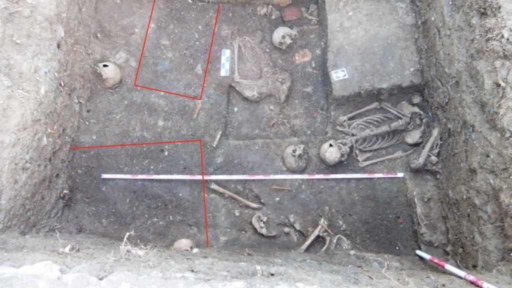 Hallazgos del primer sondeo realizado en el cementerio de Sierra de las Higueras (las líneas en rojo delimitan la huella de ataúdes)