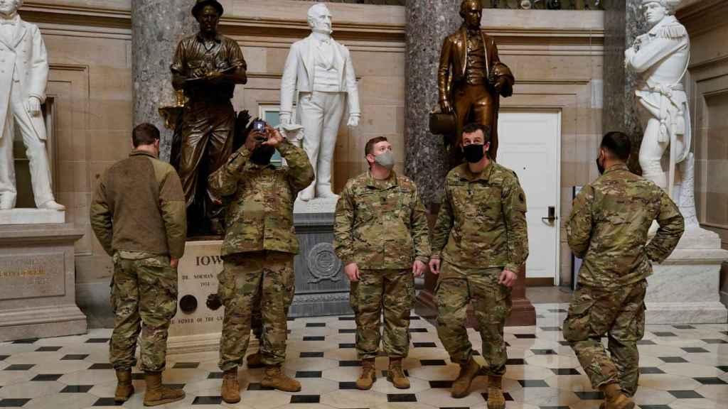 Efectivos de la Guardia Nacional en el interior del Capitolio.