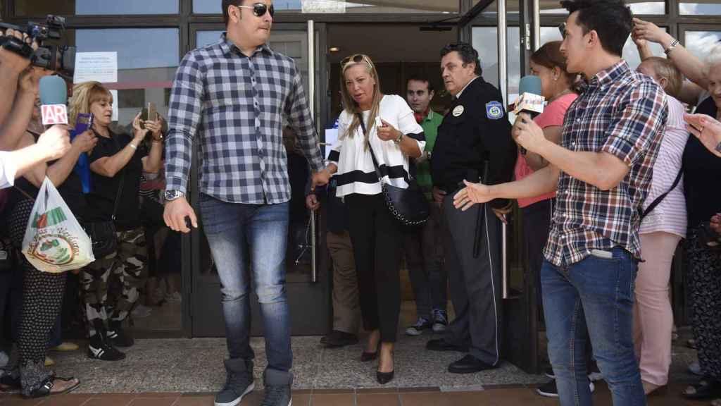 Belén Esteban y su marido Miguel Marcos saliendo de un juzgado en 2017.