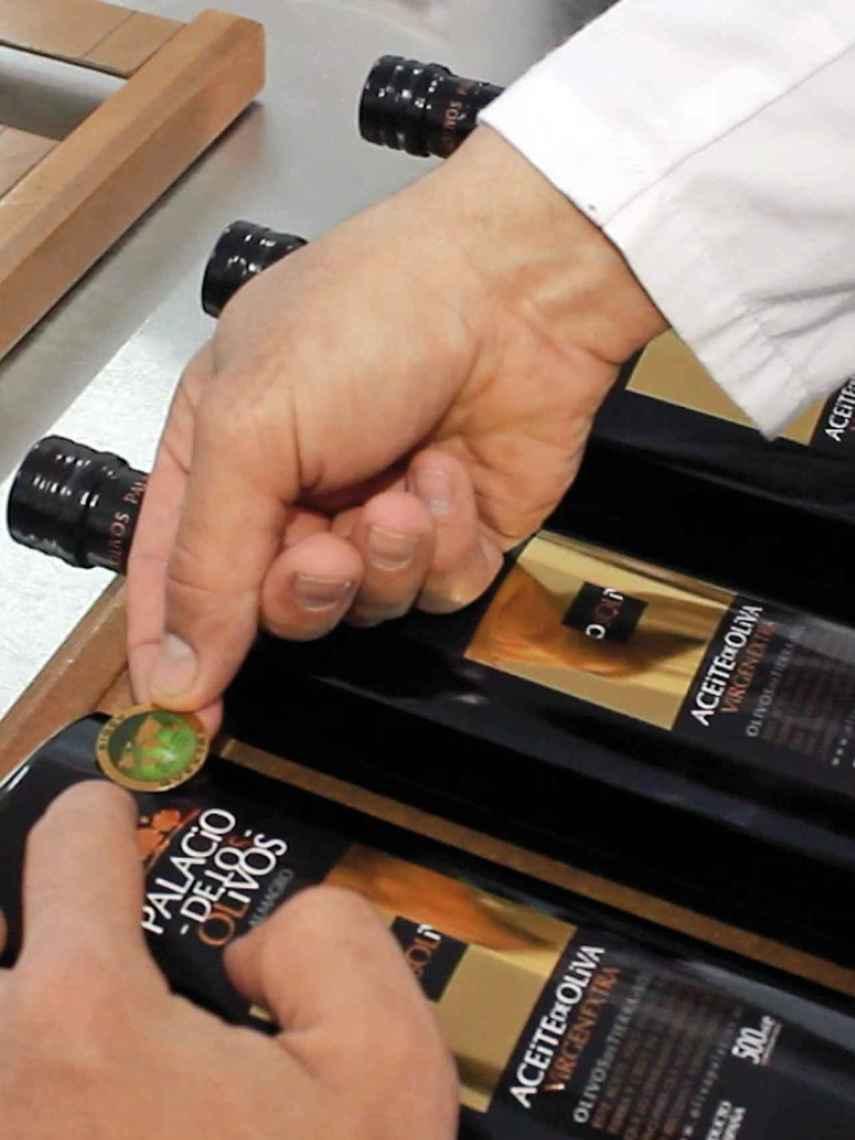 El aceite de oliva virgen extra Palacio de Los Olivos, comerciado por 9 euros, cuenta con sello de calidad.
