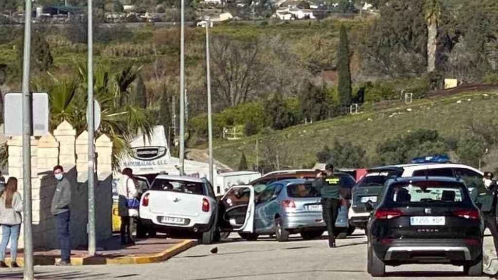 A la izquierda de la imagen, el coche en el que viajaban las jóvenes.