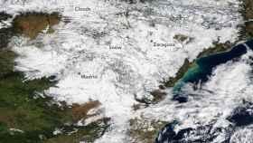 El manto nevado de La Mancha a los Pirineos, fotografiado por un satélite de la NASA.