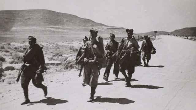 Tropas franquistas dirigiéndose en julio de 1938 hacia Villanueva de la Serna para capturarla.