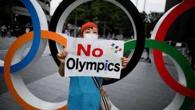 Una mujer protesta ante la celebración de los Juegos Olímpicos en Tokio