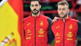 Raúl Entrerríos, junto a la bandera de España y Gonzalo Pérez de Vargas