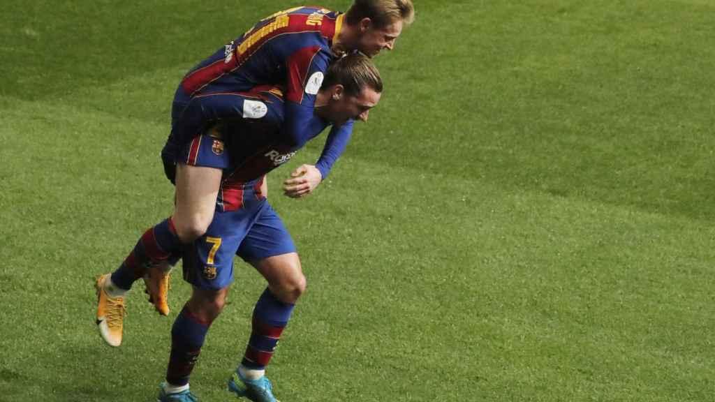 Griezmann celebra con De Jong su gol a la Real Sociedad