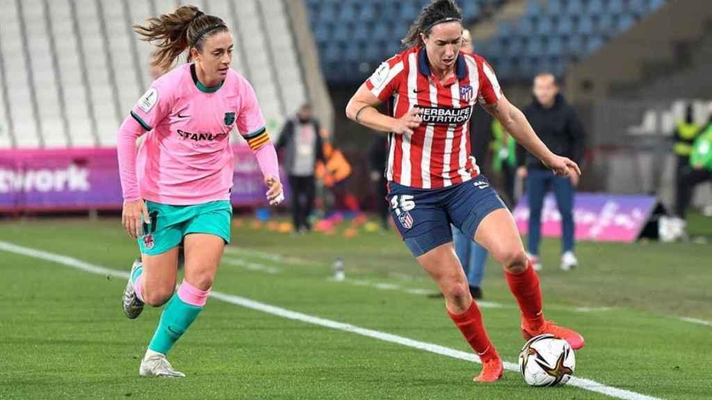 Silvia Meseger conduce el balón ante la presión de Alexia Putellas, en el Atlético de Madrid Femenino - Barcelona Femenino