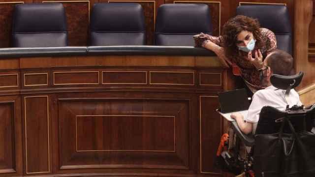Maria Jesús Montero, ministra de Hacienda, charla con Pablo Echenique, portavoz parlamentario de Unidas Podemos.