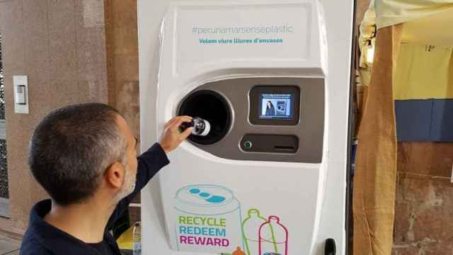 Una máquina de reciclaje SDDR, que da dinero por envase introducido.