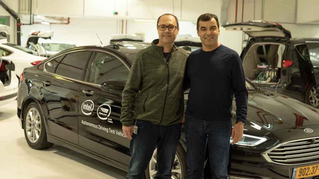 Shashua (sin gafas) y Shai Shalev-Schwartz,  jefe de tecnología de Mobileye