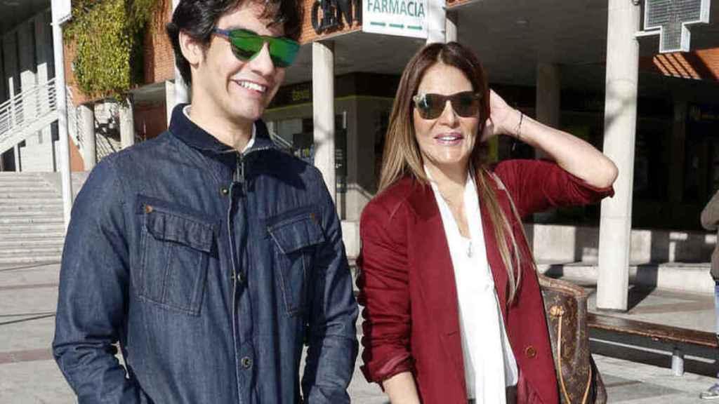 Ivonne Reyes junto a su hijo Alejandro a las puertas de los juzgados de Alcobendas en 2019.