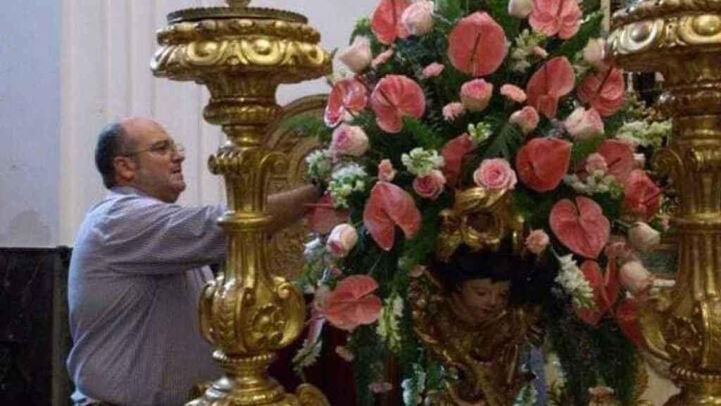Ramón Fernández retocando un adorno floral