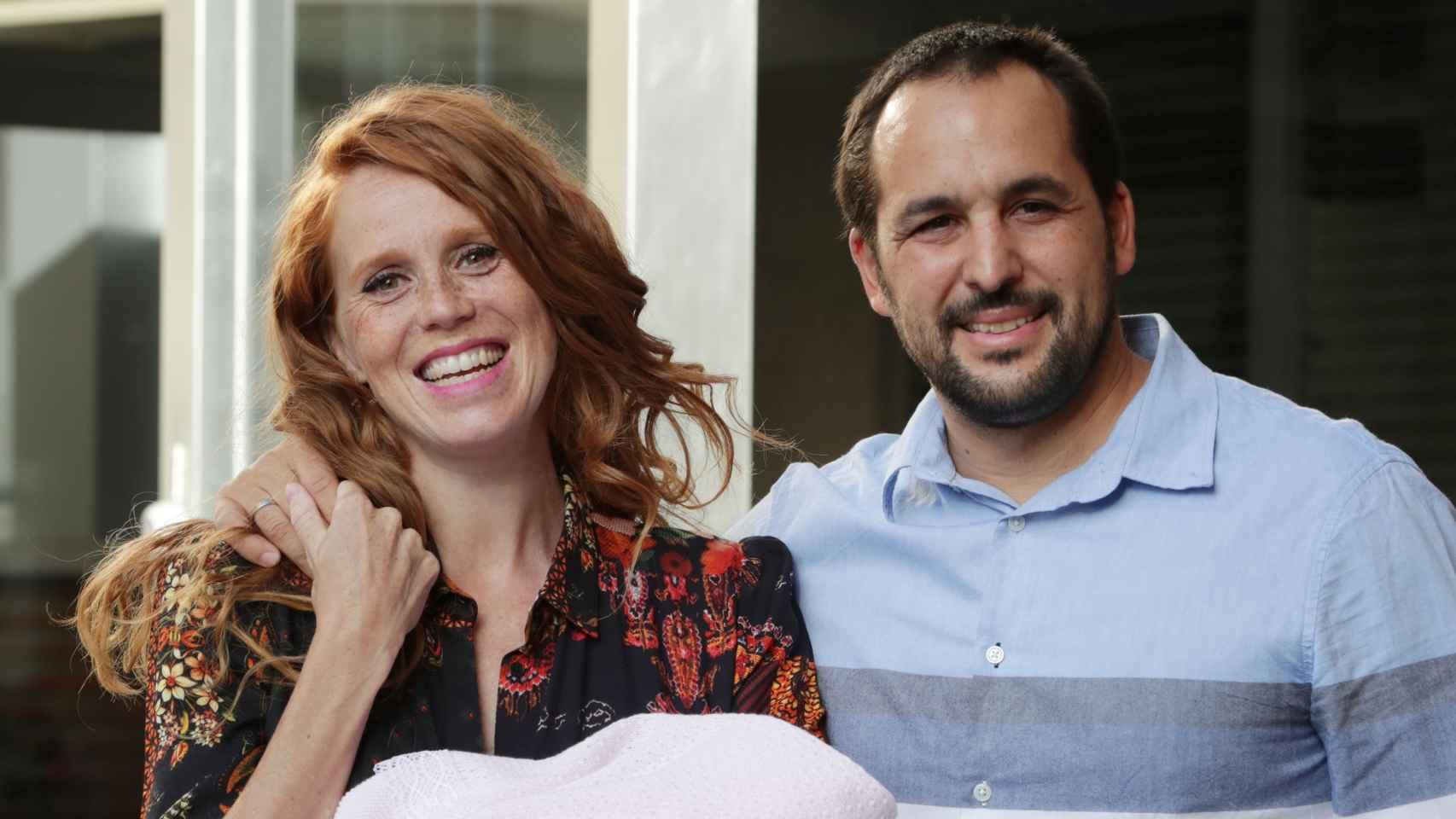 María Castro y su marido a la salida del hospital tras el nacimiento de Olivia.