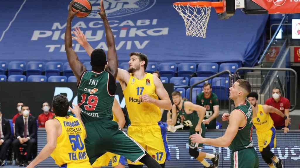 Baskonia intentando anotar ante Maccabi