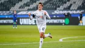 Florian Neuhaus celebra un gol con el Gladbach