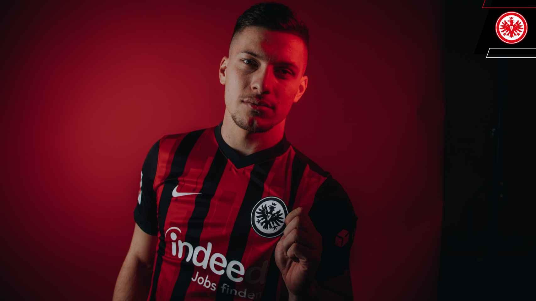 Luka Jovic presentado con el Eintracht de Frankfurt