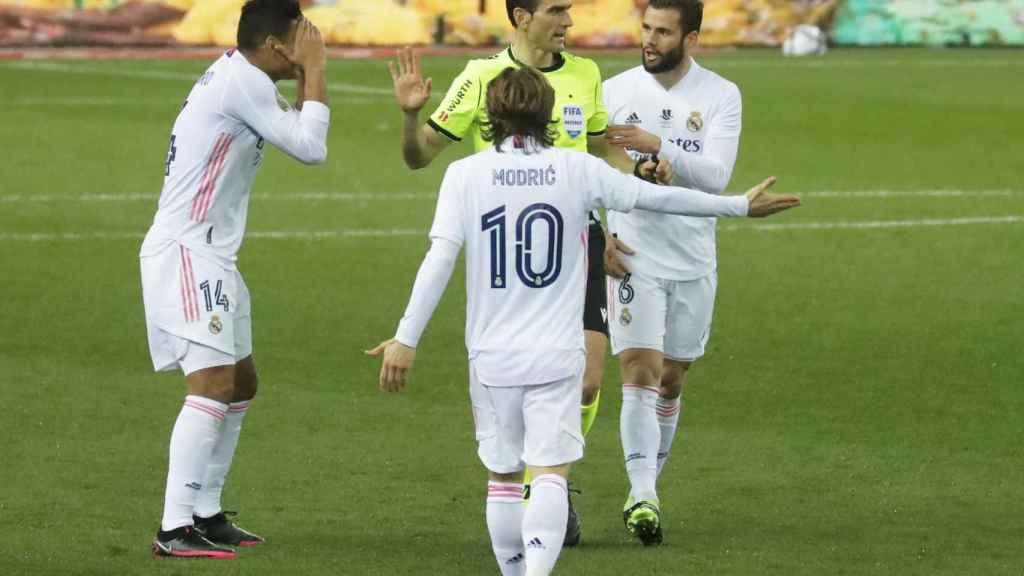 Los jugadores dialogan con Juan Martínez Munuera por la posición de Benzema en el gol del Real Madrid