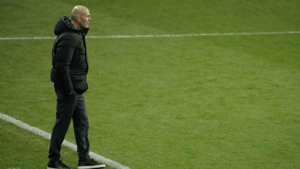 Zidane siguiendo en partido desde la banda