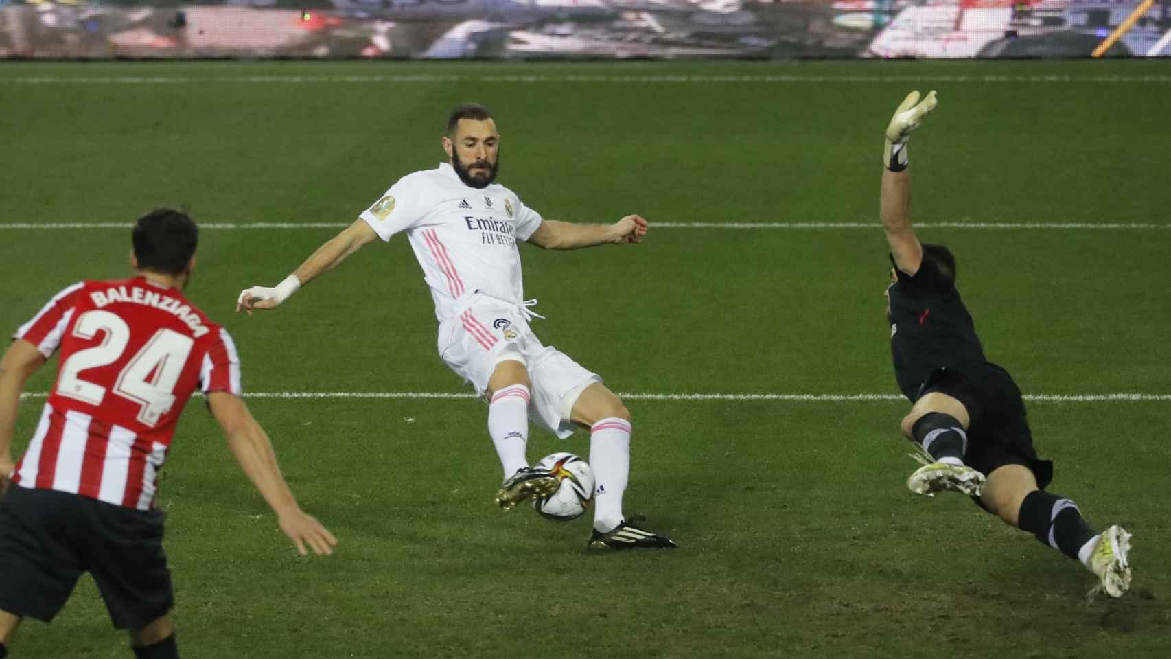 Karim Benzema empuja a dentro de la portería del Athletic Club el balón