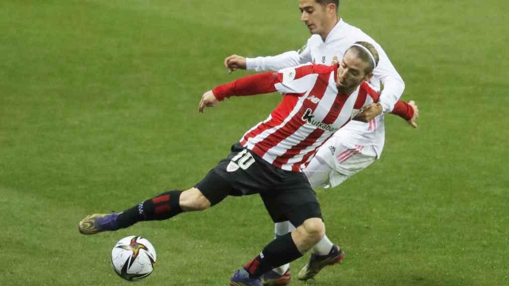 Lucas Vázquez pelea con Iker Muniain por un balón