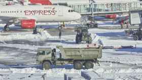 Un camión de la UME trabaja para quitar la nieve del aeropuerto Madrid Barajas Adolfo Suárez.