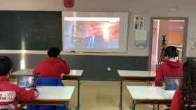 Un grupo de alumnos de tercero de la ESO siguiendo en sus tabletas las respuestas de Miquel Roca.