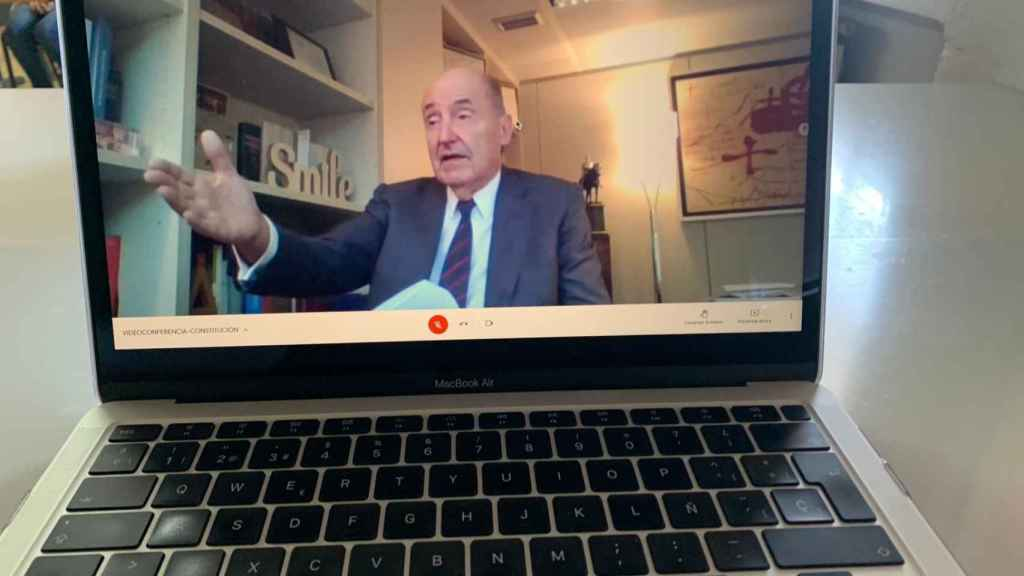 Miquel Roca, uno de los padres de la Constitución, durante su intervención por videoconferencia con los alumnos de la ESO del Colegio Concertado Reina Sofía de Totana.