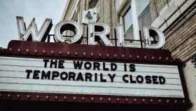 Imagen de un cine cerrado por la pandemia. Foto: Edwin Hooper/Unsplash