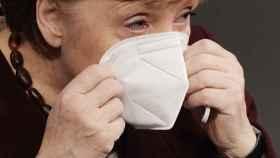 Angela Merkel se coloca la mascarilla tras una declaración en el Bundestag, en Berlín-