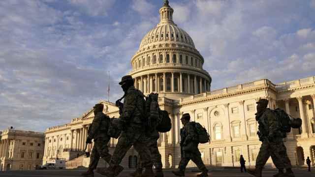 Efectivos de la Guardia Nacional delante del Capitolio.