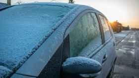 El aviso de la DGT sobre el frío: los trucos para quitarle el hielo al parabrisas sin romperlo
