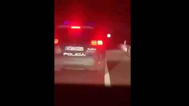 El hombre que roció con ácido a su exnovia, huido a pie tras una persecución de la Policía a su coche