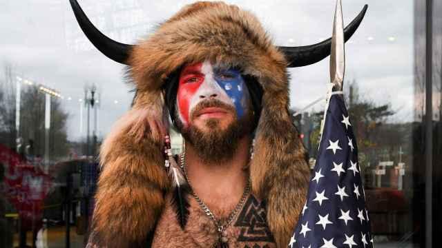 Jacob Albert Chansley, el hombre que asaltó el Capitolio vestido de bisonte.