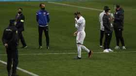 Sergio Ramos, abandonando el terreno de juego tras el partido de la Supercopa de España