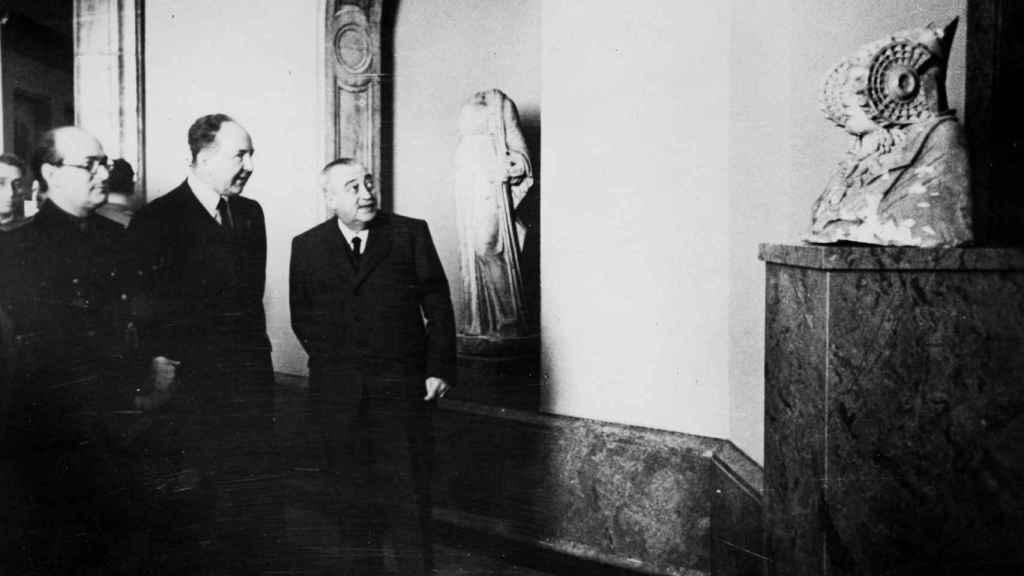 El embajador alemán Hans Heinrich Dieckhoff (centro) junto al Ministro de Educación José Ibáñez Martín (izq) visitan el Museo del Prado.