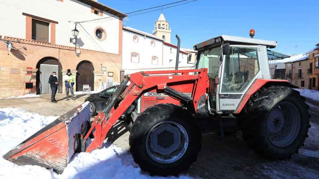 Un tractor limpia las calles de Bello (Teruel)