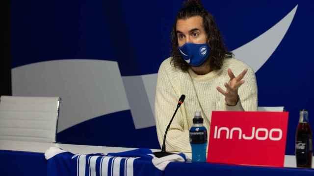 Mikel Izal, en la presentación de su himno para el Alavés. Foto: Twitter (@Alaves)