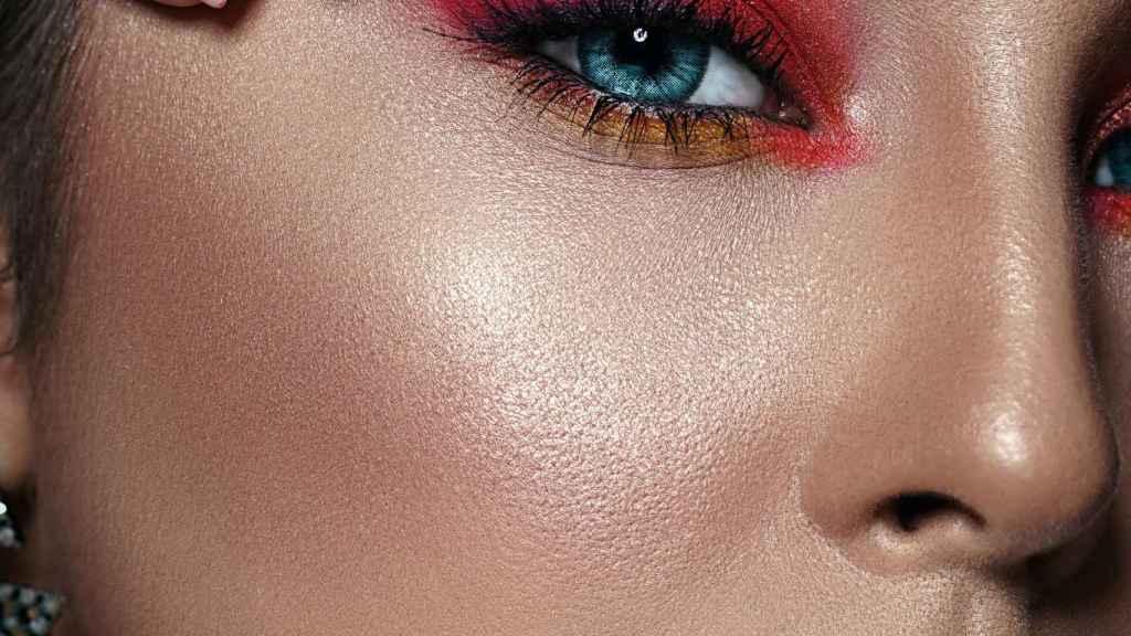 Las sombras rosadas neón suelen favorecer a persona de tez y ojos claros.