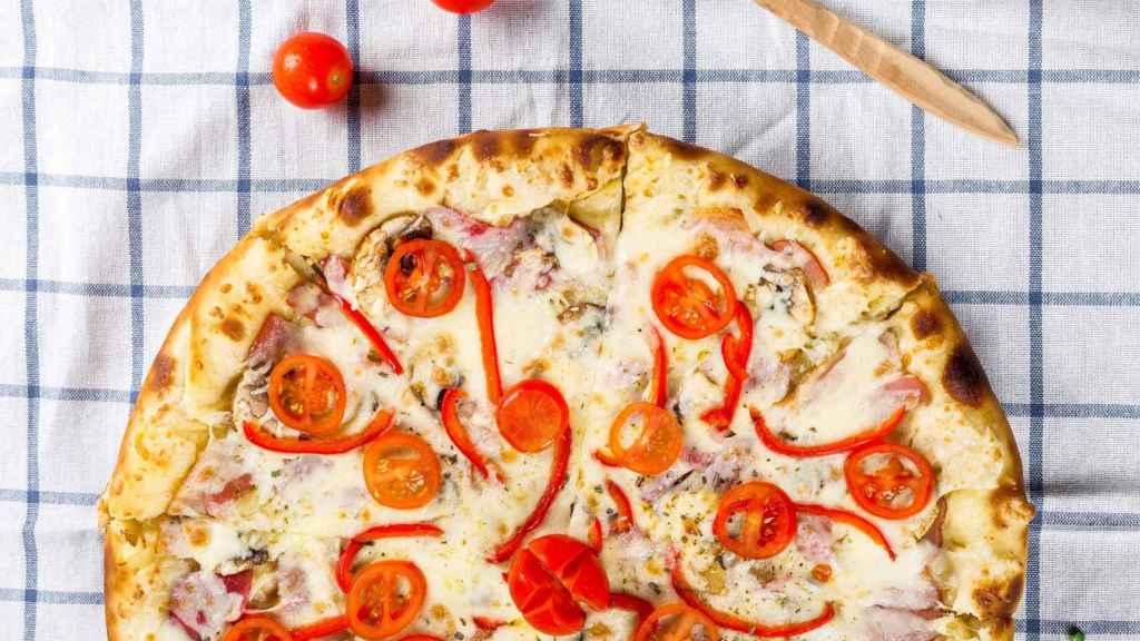 Cómo hornear dos pizzas a la vez en el horno