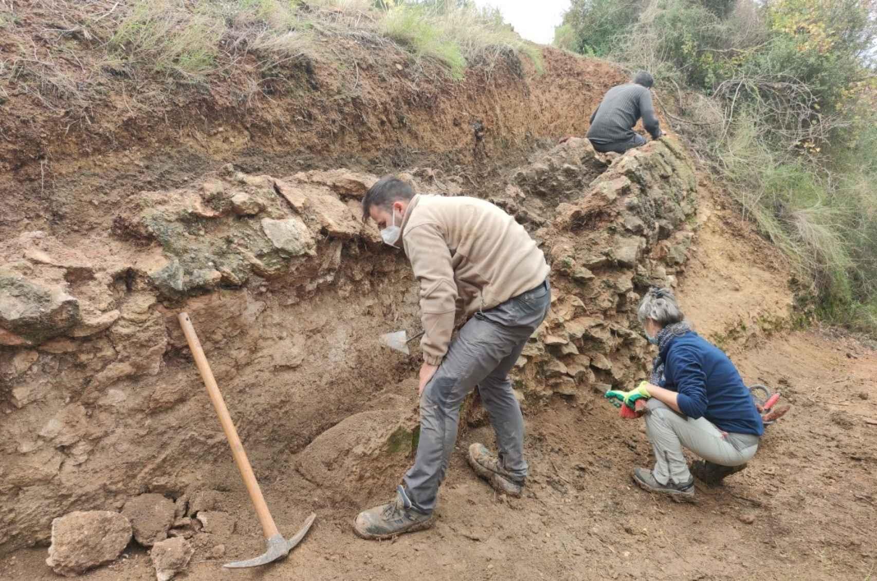 Trabajos de excavación en el segundo tramo del acueducto, en el término municipal de Vallmoll. En la imagen, Albert Velasco (de espaldas), Antoni Corrales y Maribel Serra