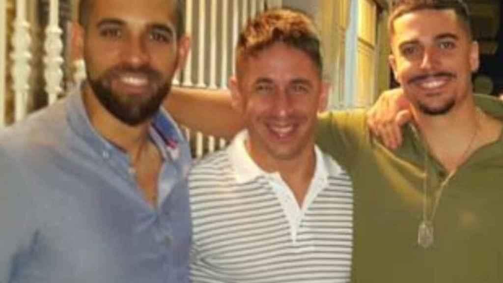 Francisco Javier (i), inspector de Policía Nacional, junto a Santi (d). En el medio, el policía Luis.