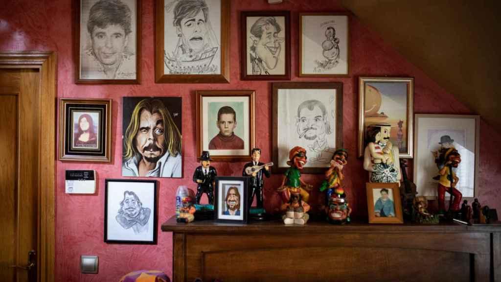Fotos y caricaturas de Juan Muñoz en su pared.